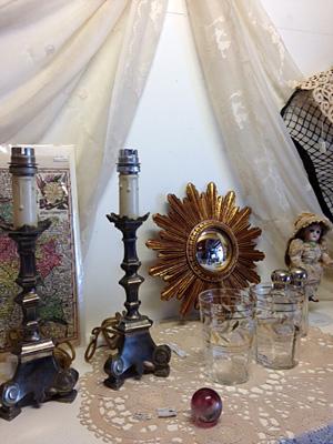 銀色の燭台型ランプ、19世紀のサンバーストミラーなど