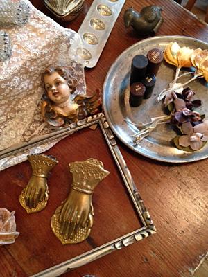 ビクトリアンの手のクリップ、天使の木彫