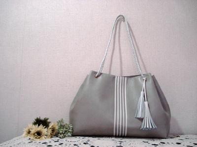 キラキラのシルバーグレーのバッグ