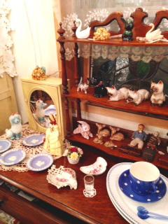 アンティークの陶器の動物や人形