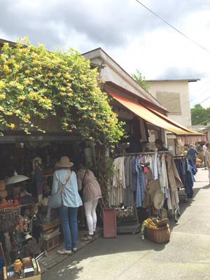 クリニャンクールの小路沿いの店