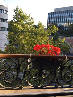 パリのホテルの窓辺