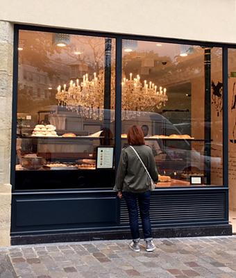 パリの巨大なシャンデリアのパン屋