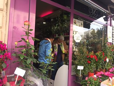 パリの街角の花屋