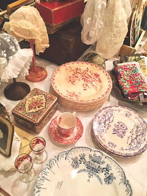 アンティークの赤系、紫系、青系の素敵な皿やカップ&ソーサー
