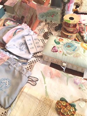 アトリエ芳子:ハーダンガー刺繍のポーチやカルトナージュ箱