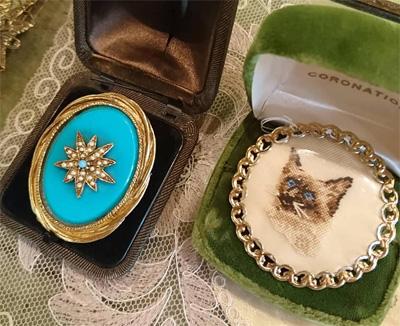 猫の刺繍がされたブローチとターコイズブルーが 艶やかなブローチ(アンティーク)