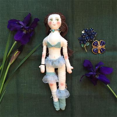 emilyandcotaさんのセクシーなセニョリータさんとアンティークジュエリーとあやめの花