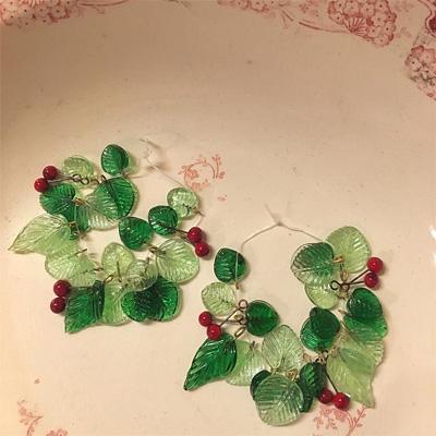 葉っぱと赤い実のガラスビーズ