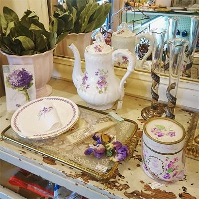 可愛らしい紫の花モチーフのコーナー