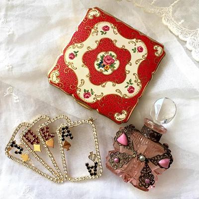 Stratton社製コンパクト、40'sのピンク色のパヒュームボトル、ポーカーのカードがモチーフのラインストーンのブローチ