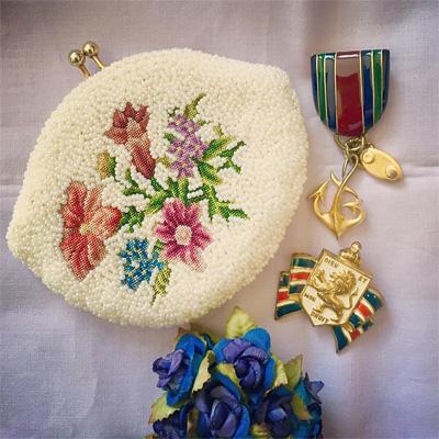 お花の刺しゅうのパースバッグとブローチ