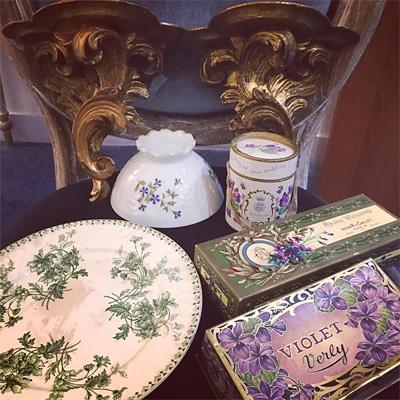 パリで買い付けたボタニカル柄のお皿とカフェ・オ・レ・ボウル、スミレの紙箱