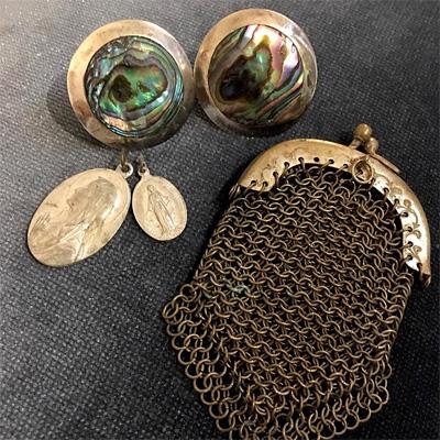 アバロンのシルバーイヤリング、メダイユ、真鍮メッシュのコインケース