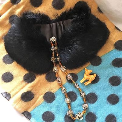ファーの付け襟、 ベネチアングラスのネックレスとバンビのブローチ