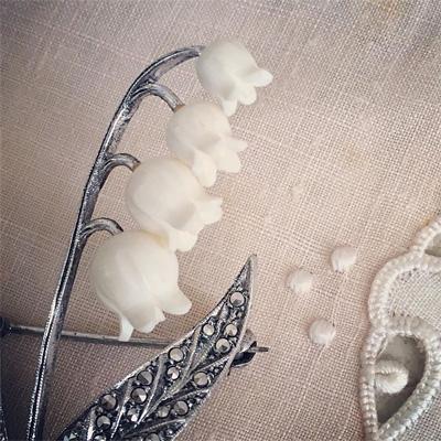 レジンをカービングしたスズランの花