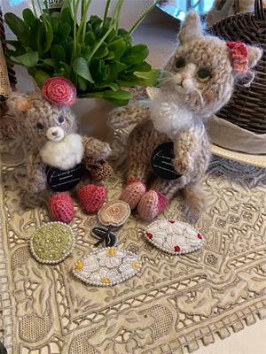keitoya pompomwoolさんの編みぐるみと糸ともさんのブローチ