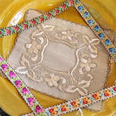 シルクの糸で装飾されたエドワーディアンの小さなパーツと、シルクの薔薇刺繍のリボントリム