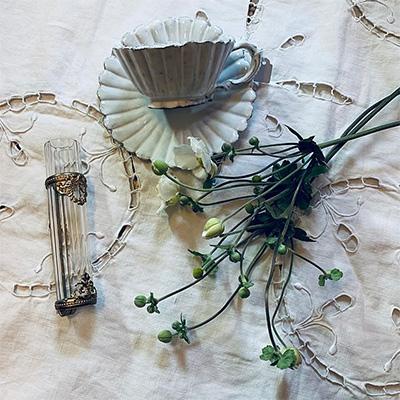 秋明菊とアンティークのカップ