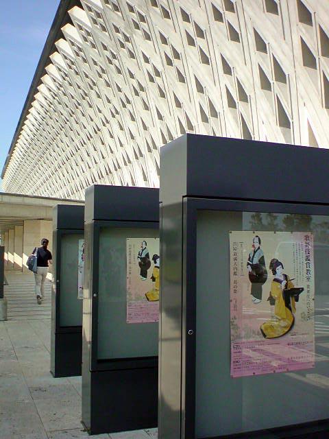 沖縄の伝統的な文様が印象的な建物
