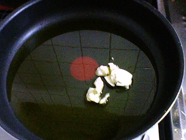 オリーブオイルに潰したにんにくを入れて弱火にかけます