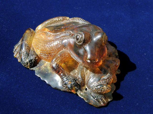 琥珀カエル彫刻