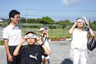 種子島日食プレイベントでの日食めがねデモ