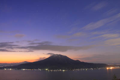 黎明(桜島と昇るさそり座)