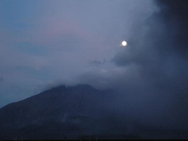 110911桜島と満月(maeda)
