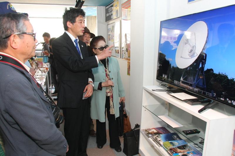 3D映像の解説を半田先生から受ける天文協会会員(karan)