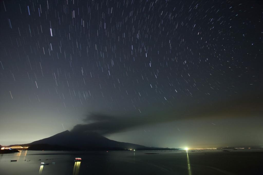 170530噴煙たなびく桜島と北斗七星(karan)