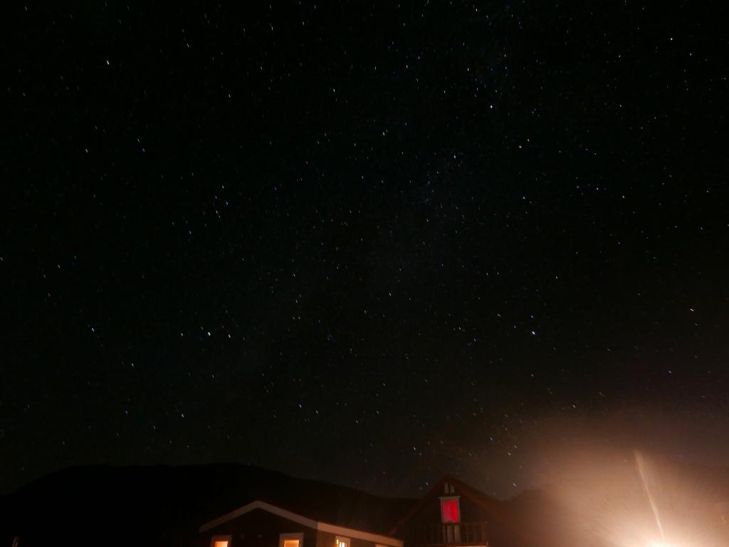 山小屋と星空