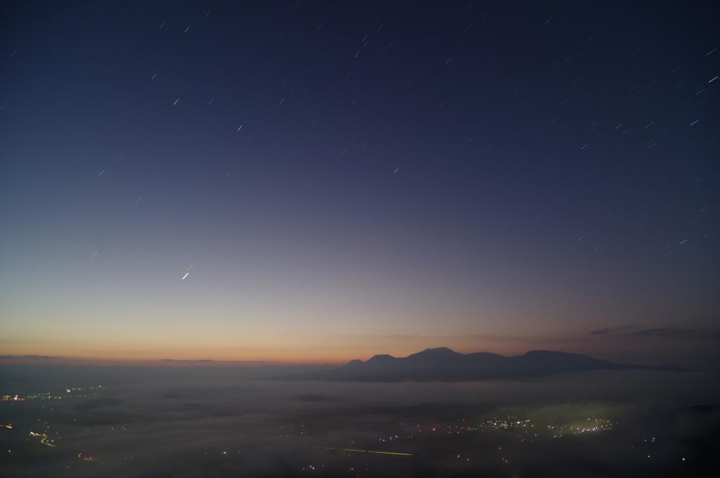 171008雲海の上に昇るしし座・金星・火星(karan)