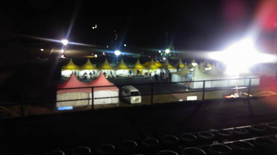 見学場のテント