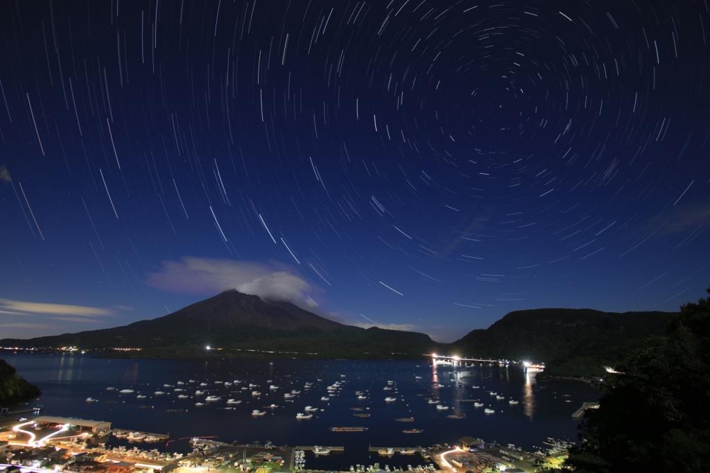 180826満月に照らされる桜島と北天日周
