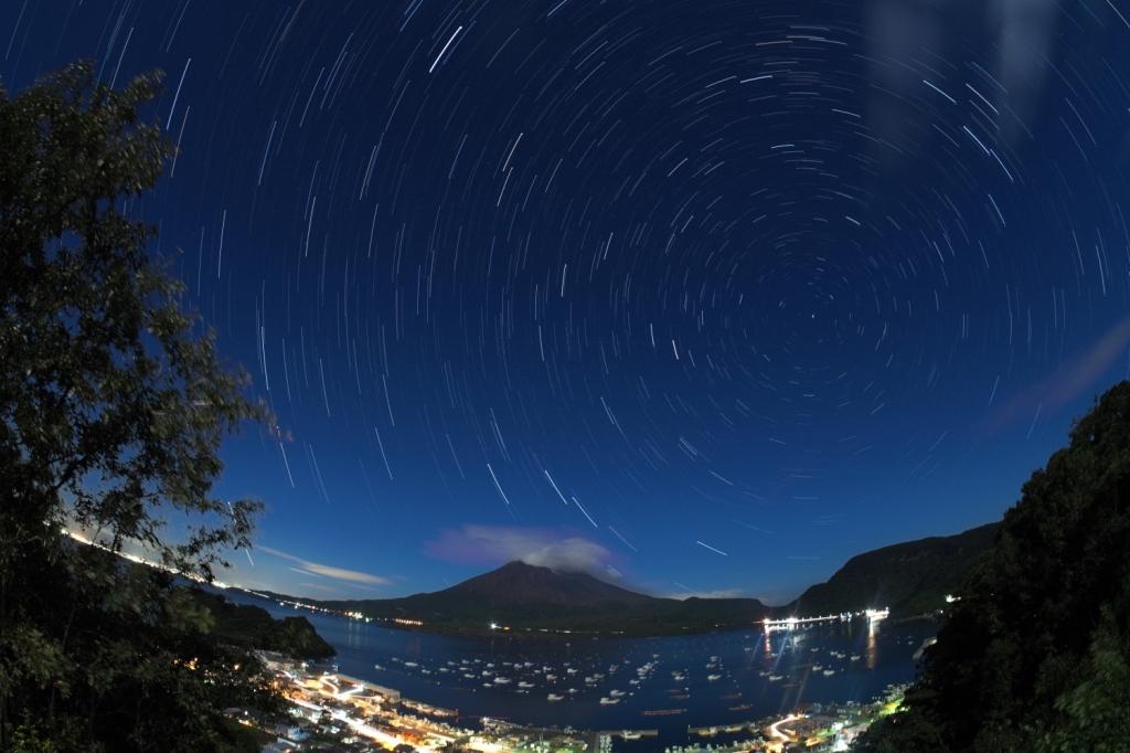 180826満月に照らされる桜島と北天日周(魚眼)