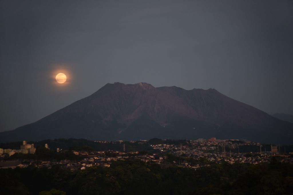200507満月と桜島_1293s(maeda)