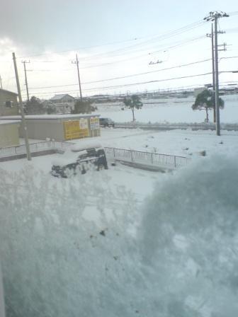 20091219 軽く埋まる車 窓に吹きつけられた雪
