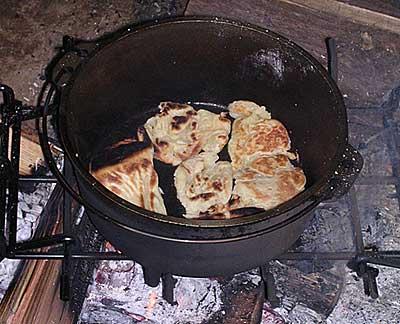 ダッチオーブンでナンを作る