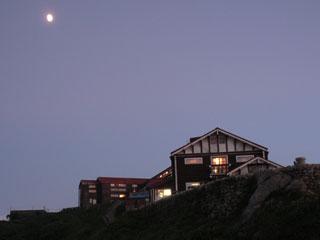 月と燕山荘