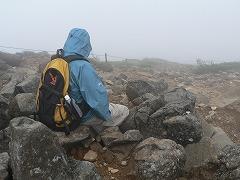 根石岳山頂で粘る