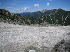 雪渓を横切る