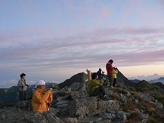 山頂で日の出を待つ人々
