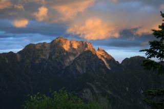 新越山荘より朝日を浴びる劔岳山頂
