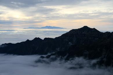 雲海に浮かぶ笠ヶ岳と白山