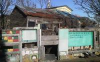 カラフルな塀の家