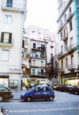 洗濯物干しが名物のナポリを散歩