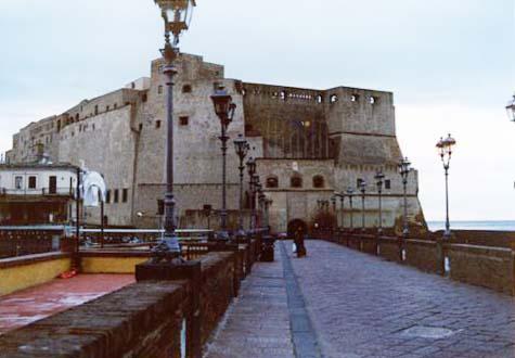 卵城 ナポリ