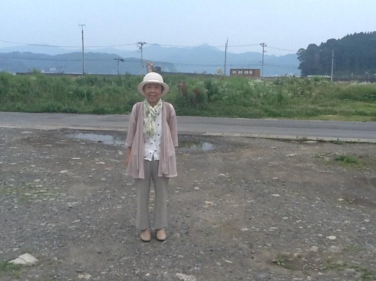 津波で無くなった実家跡に立つ母。釜石市箱崎町で