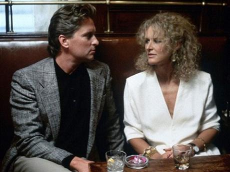 グレン・クローズ扮する女と一夜の関係を持ったため嫉妬深く追い詰められるスリラー。娯楽であり不貞へ